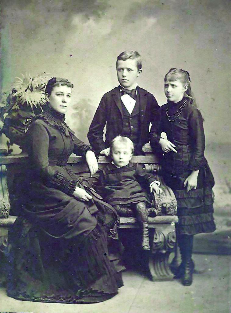obiteljska fotografija nakon smrti Augusta Šenoe - Slava (31), Milan (12), Draga (11), Branko (2)